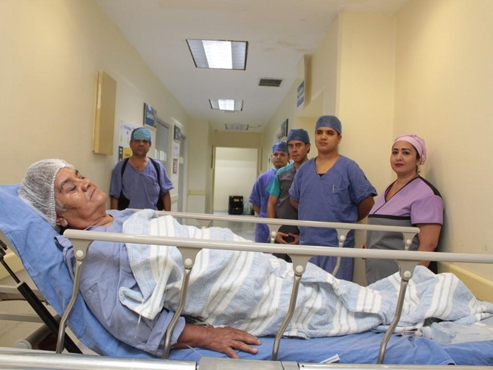 Colocan prótesis de cadera  y rodilla a adultos mayores