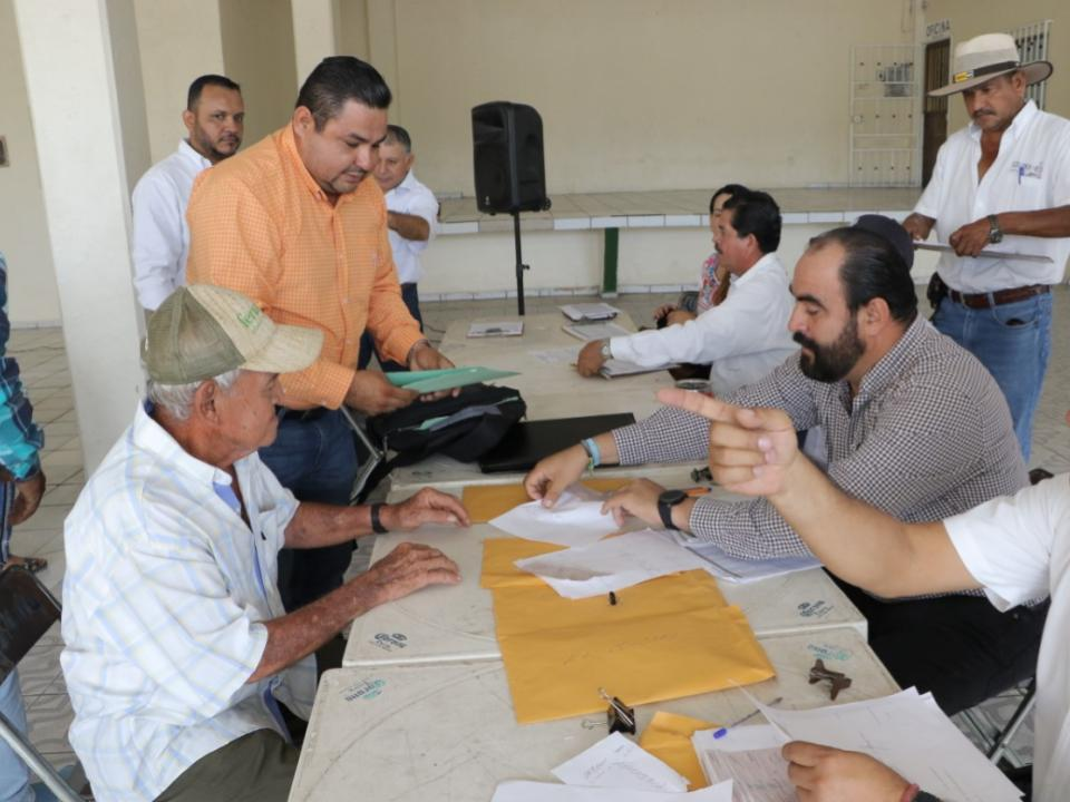 Gobierno del Estado entrega apoyos  a productores afectados por lluvias