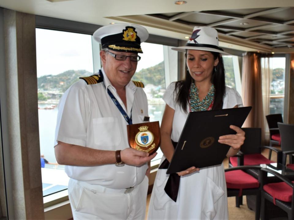 Entregan placa por primer arribo del  Crucero Arcadia al Puerto de Manzanillo