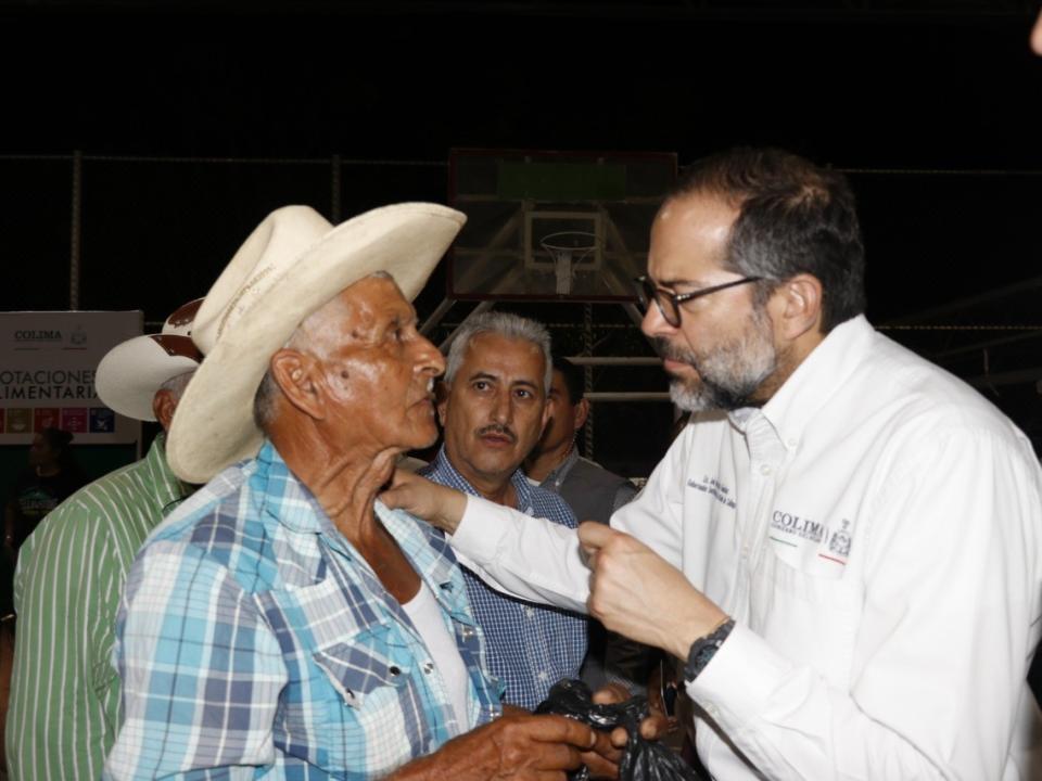 Gobernador entrega dotaciones  alimentarias en Minatltlán