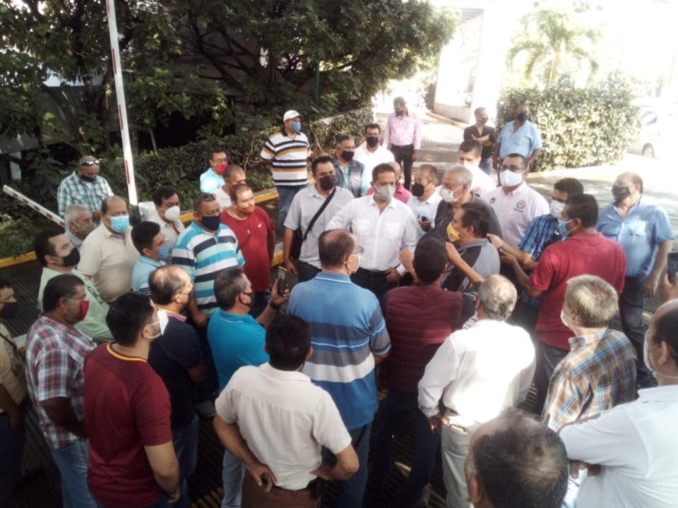 Taxistas exponen  a diputado sobre reforma a la Ley de Movilidad