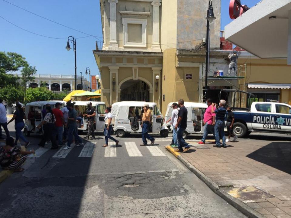 Mototaxistas exigen operar en la capital de Colima y realizan manifestación en el Ayuntamiento