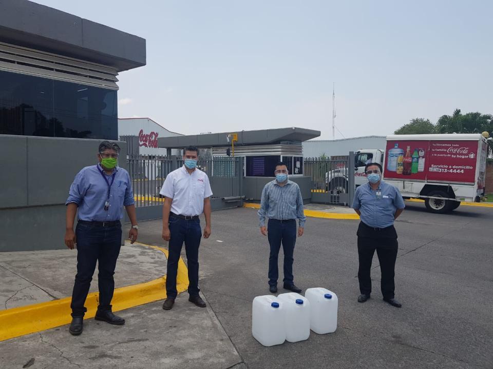Recibe Sindicato de Salud donación de desinfectante por parte de Coca Cola