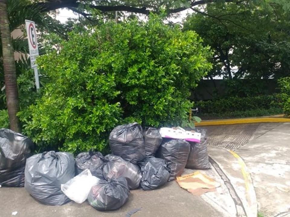 Se acumula la basura en el ingreso al Cobgreso del Estado por la falta de recolección de H Ayuntamiento de Colima