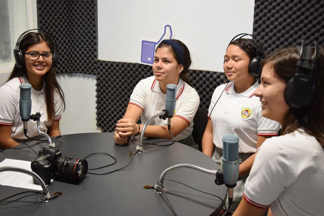 Estudiantes de Tecomán aprenden  a hacer radio y tv en Comunicarte
