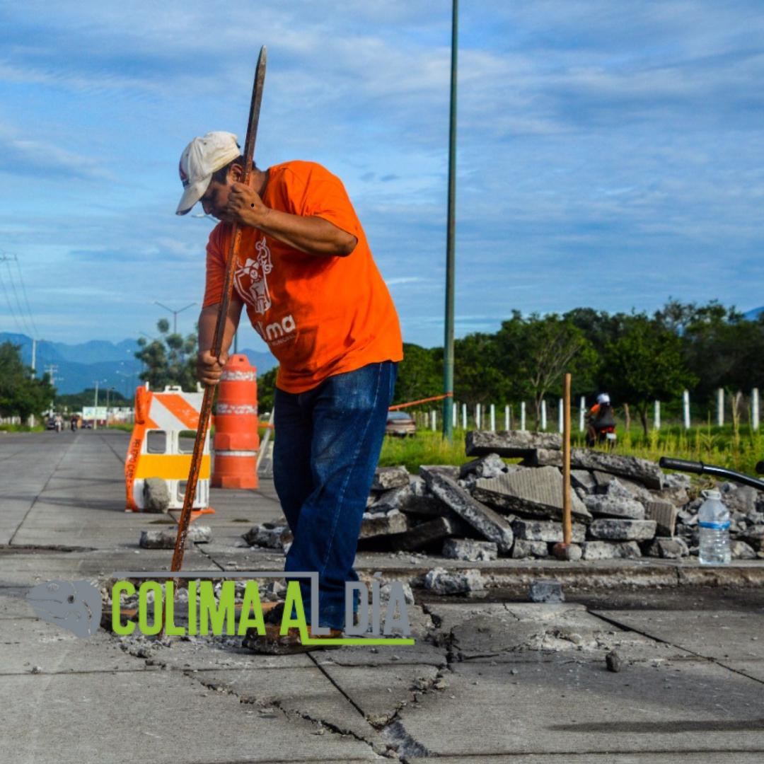 Trabajos de reparación en la calle Liceo de Varones de la ciudad de Colima.