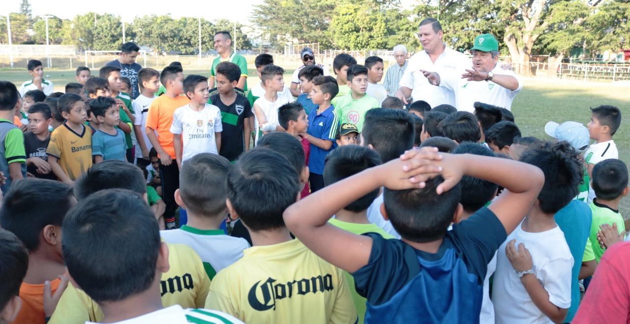 Entrega Incode material deportivo al Club de Futbol de Villa de Álvarez
