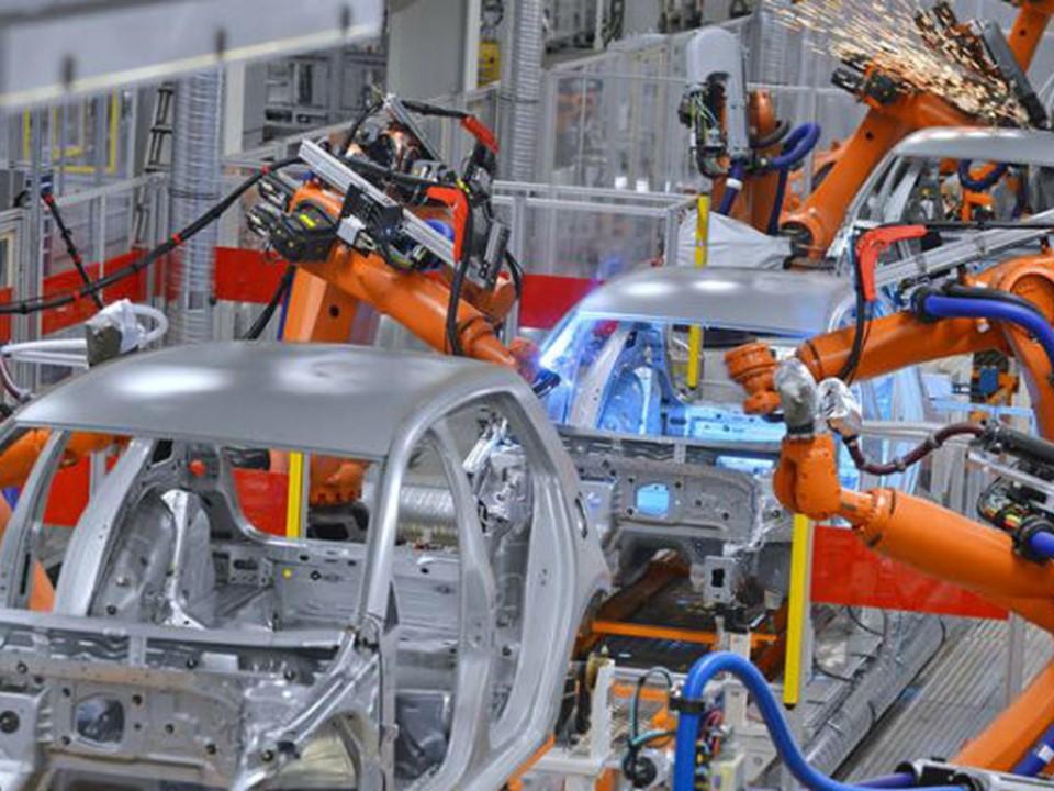 Hasta cuatro mil litros de agua son empleados para fabricar un vehículo