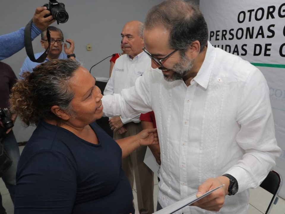 Gobernador entrega concesiones de taxi a jefas  de familia viudas y personas con discapacidad