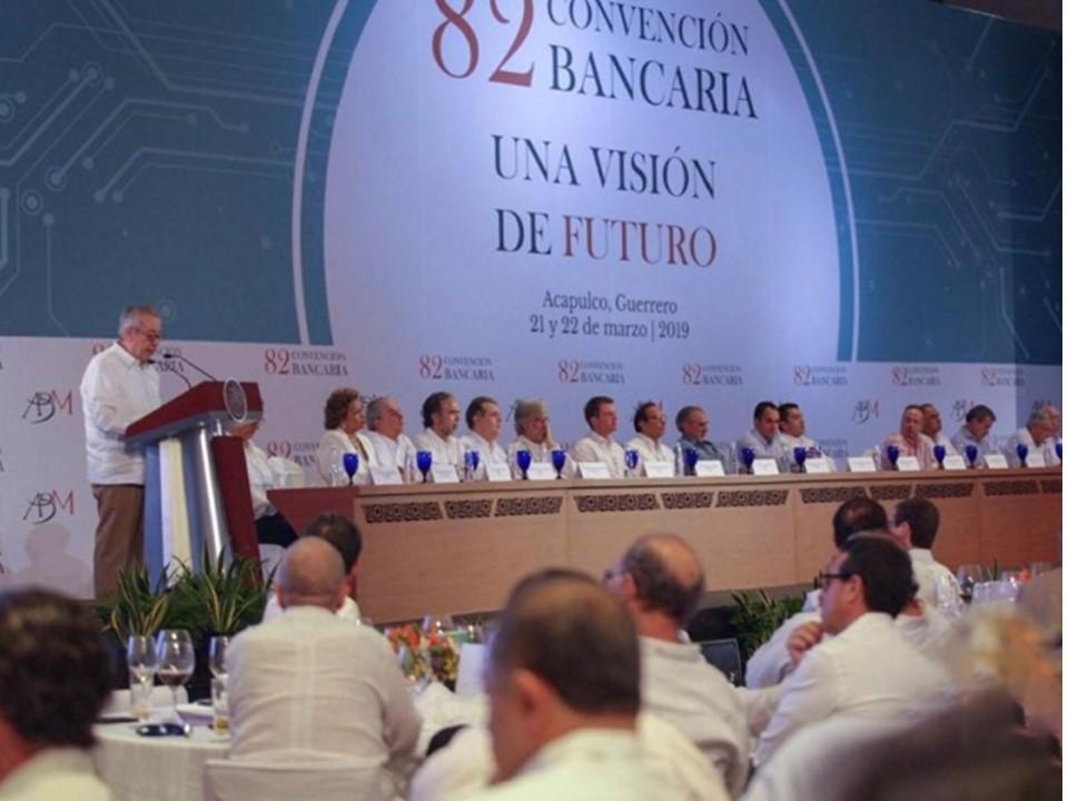 Hacienda anuncia a banqueros que buscará reducir uso de efectivo