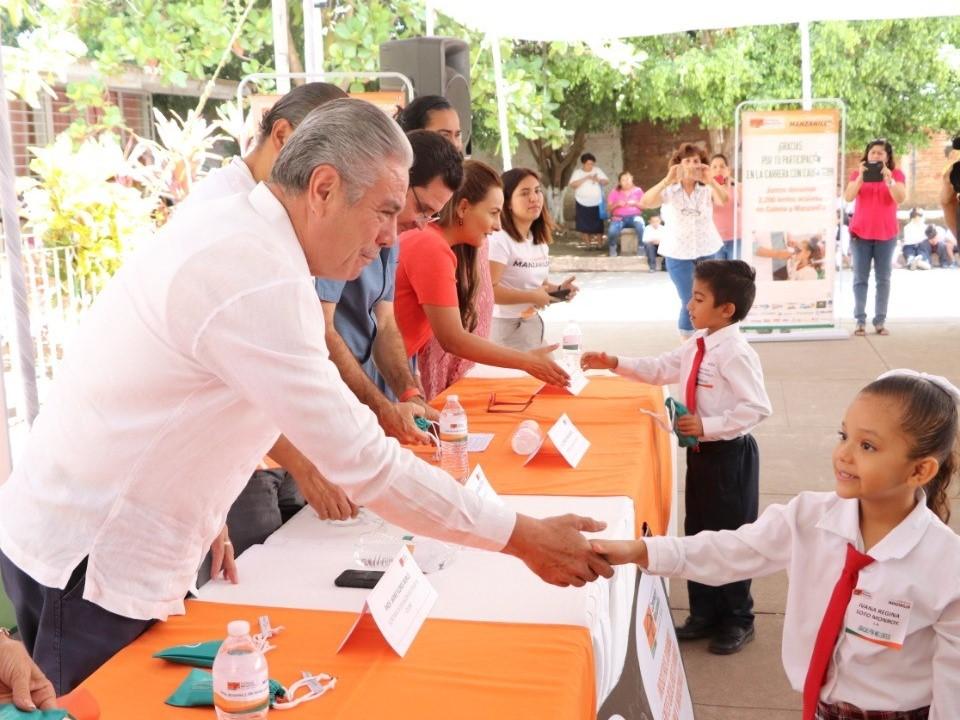 Entrega SE mil 100 lentes donados  por Contecon Manzanillo