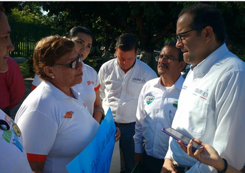 Docentes entregan al Gobernador supuestas pruebas de corrupción en la SE